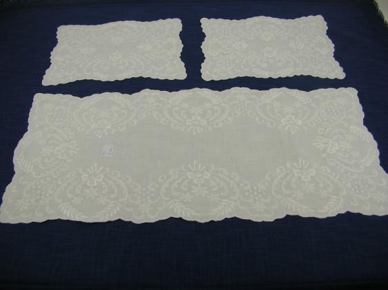 Tris centri ricamati a mano in cotone mod. Fabrizia - Punto Bianco